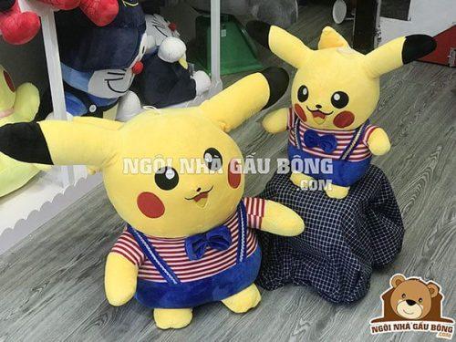 Pikachu áo 50cm, giá 190.000đ. (phải)